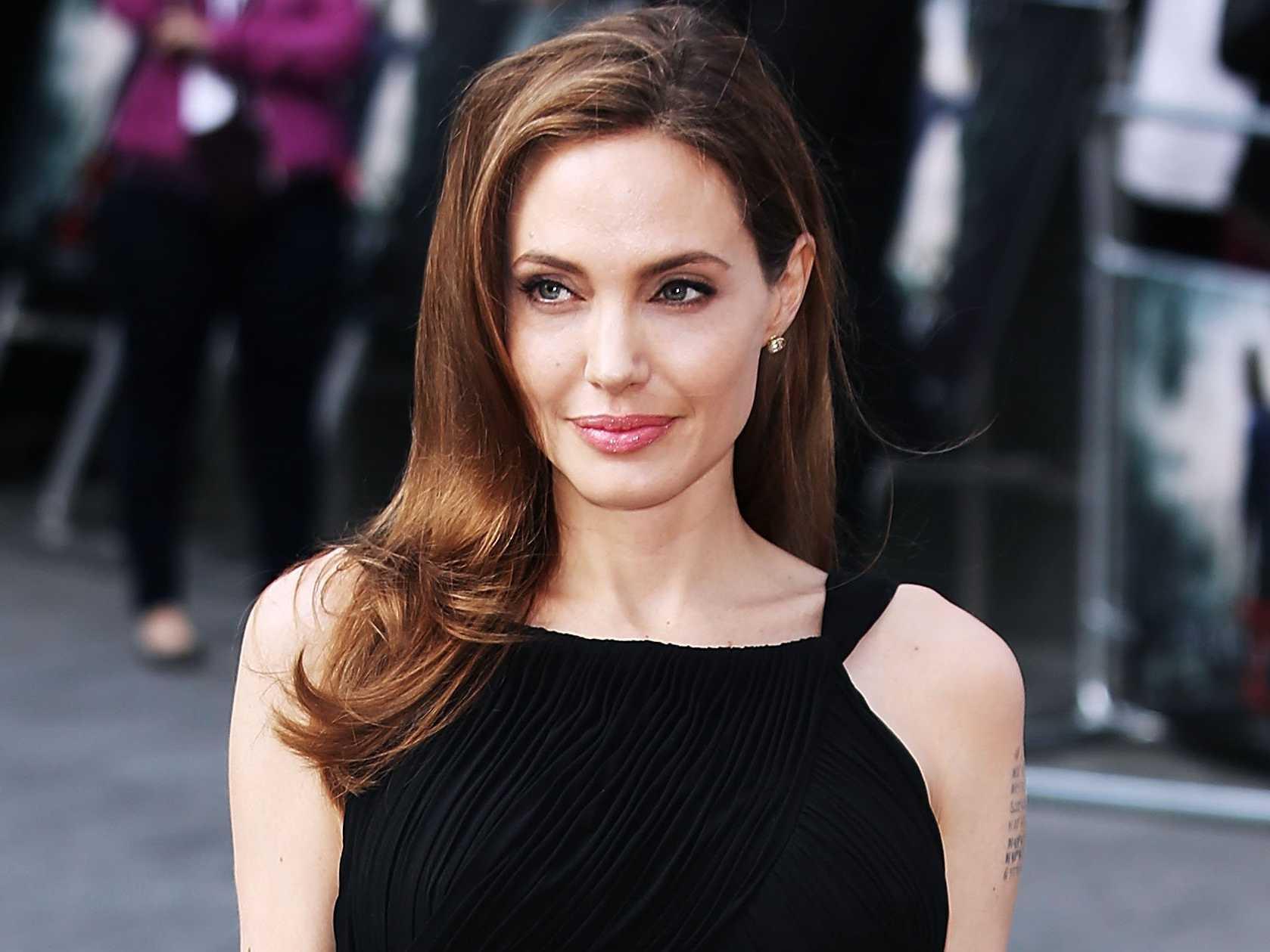 Angelina Jolie HD Desktop