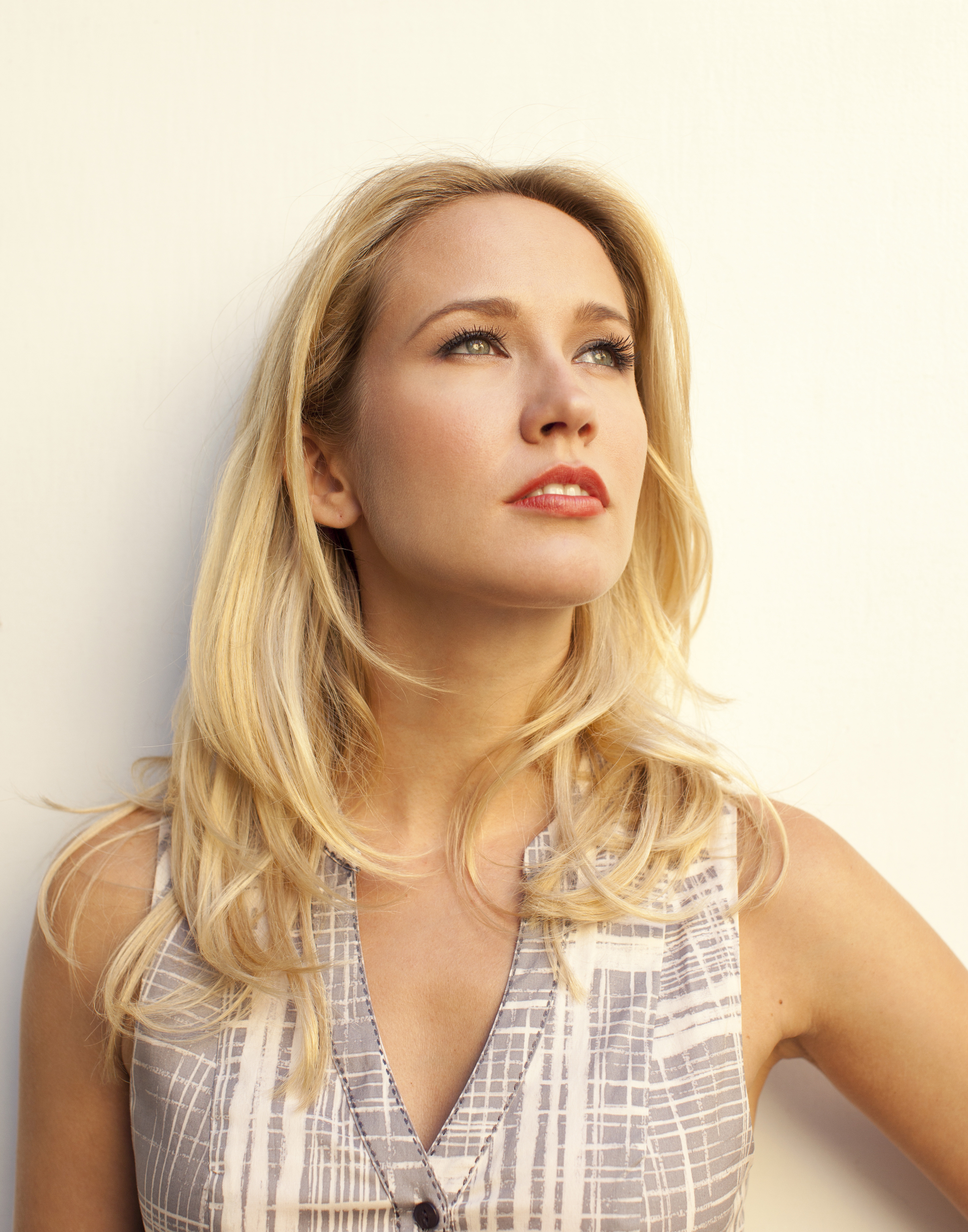 Anna Camp Free Download Wallpaper For Mobile