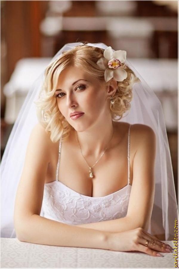 Short Wavy Blonde Bridal Hairstyle