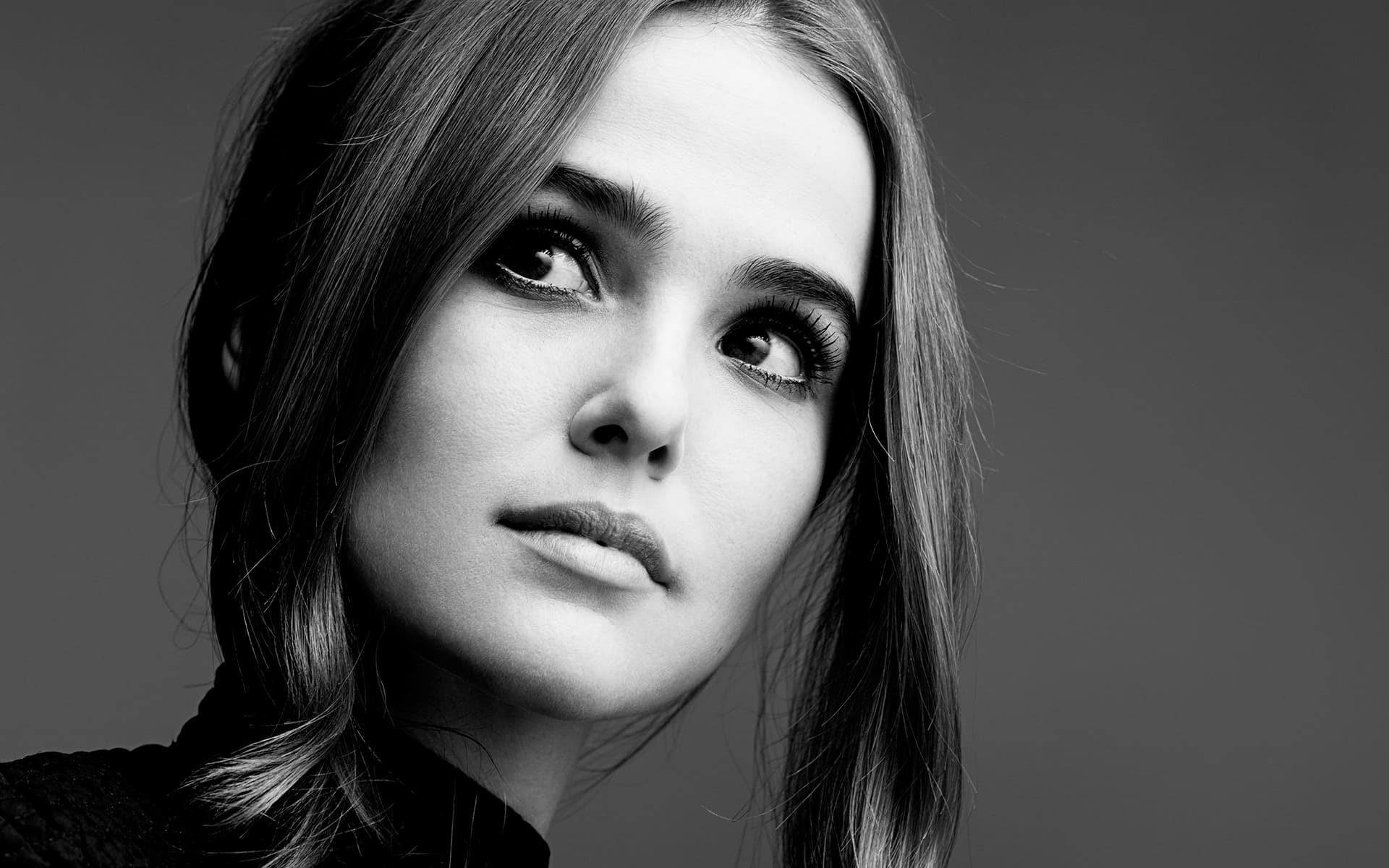 5 Zoey Deutch Black And White Background Wallpapers High Quality