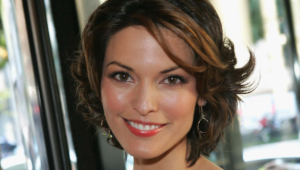 Alana De La Garza Background