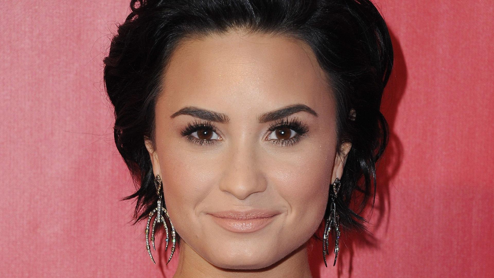 Demi Lovato Short Hd Background