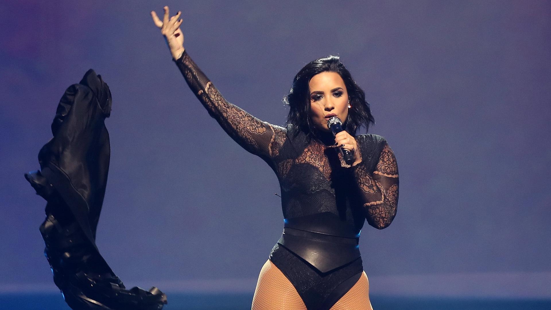 Demi Lovato Short Images