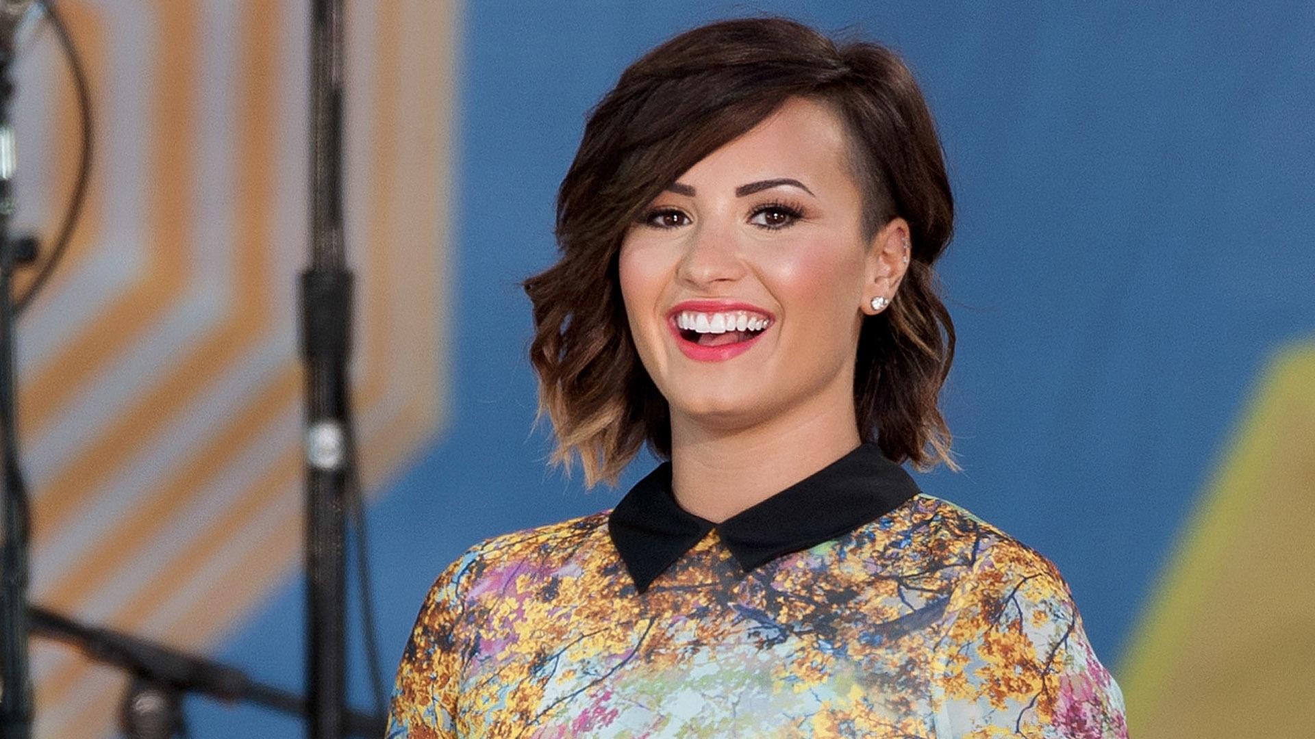 Demi Lovato Short Full Hd