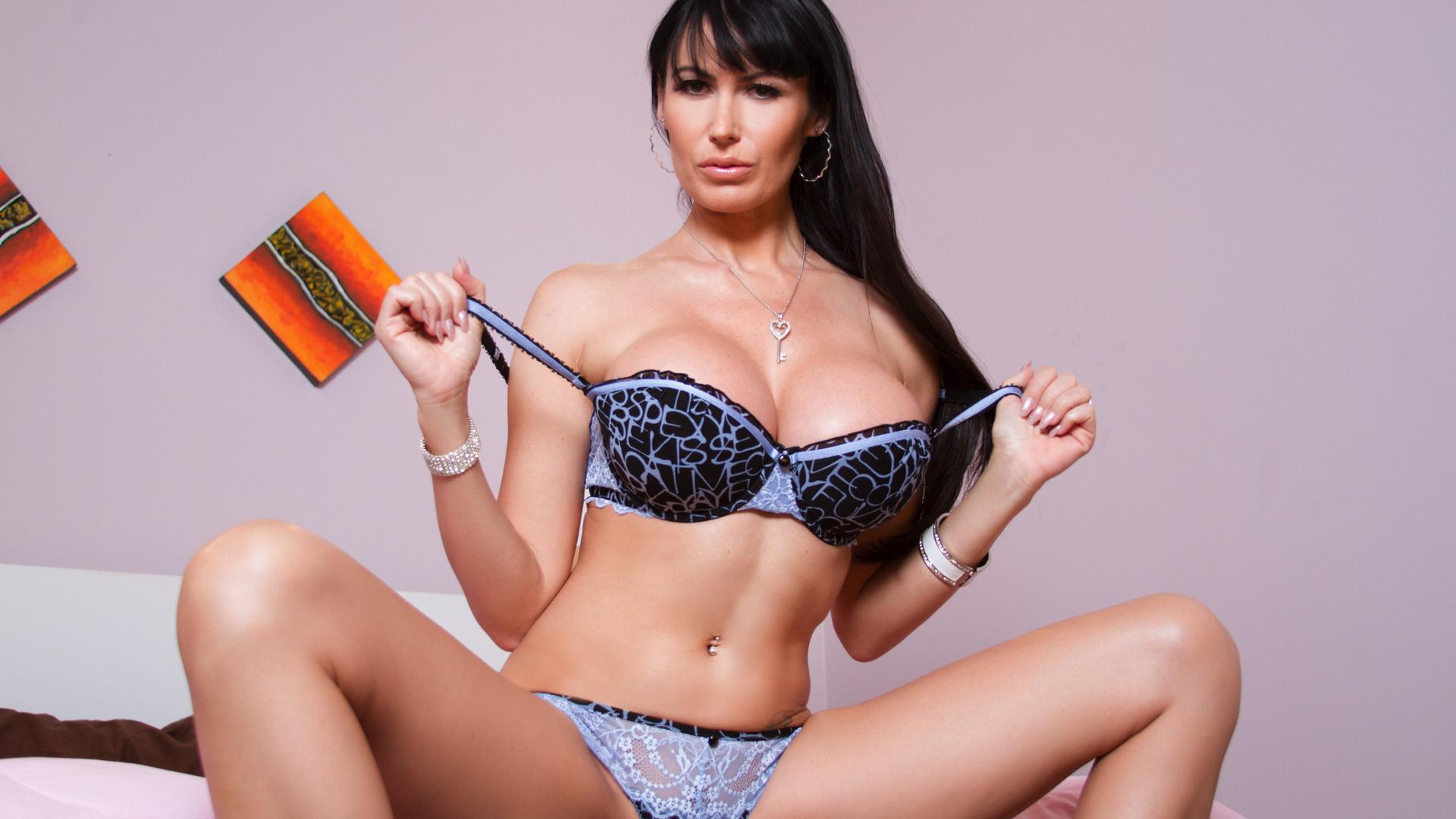 Eva Karera Sexy Photos