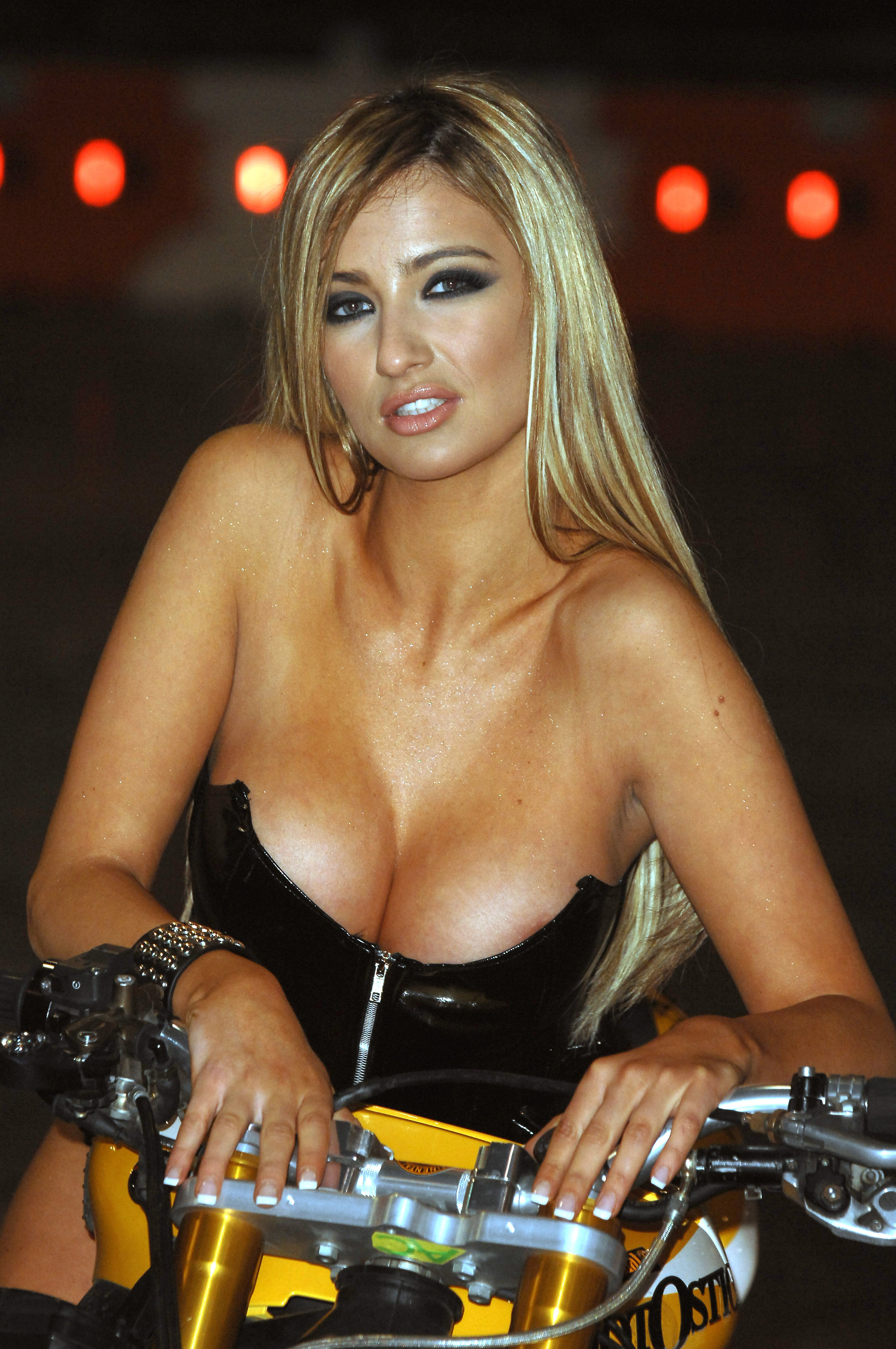 Chantelle Houghton Android Wallpapers