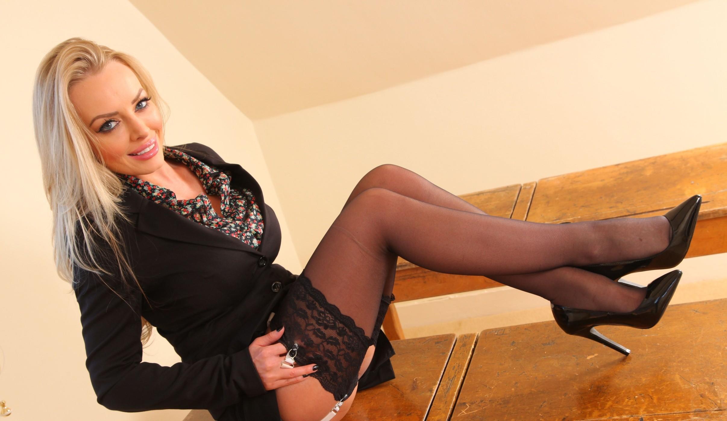 Hannah Claydon Sexy Photos