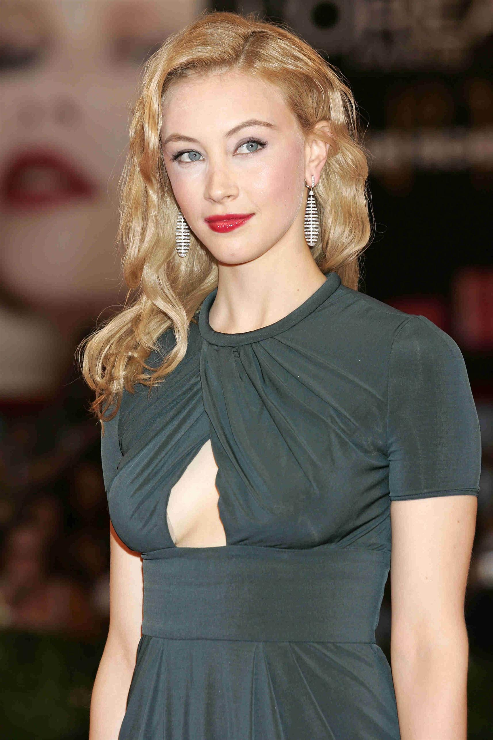Sarah Gadon High Quality Wallpapers For Iphone