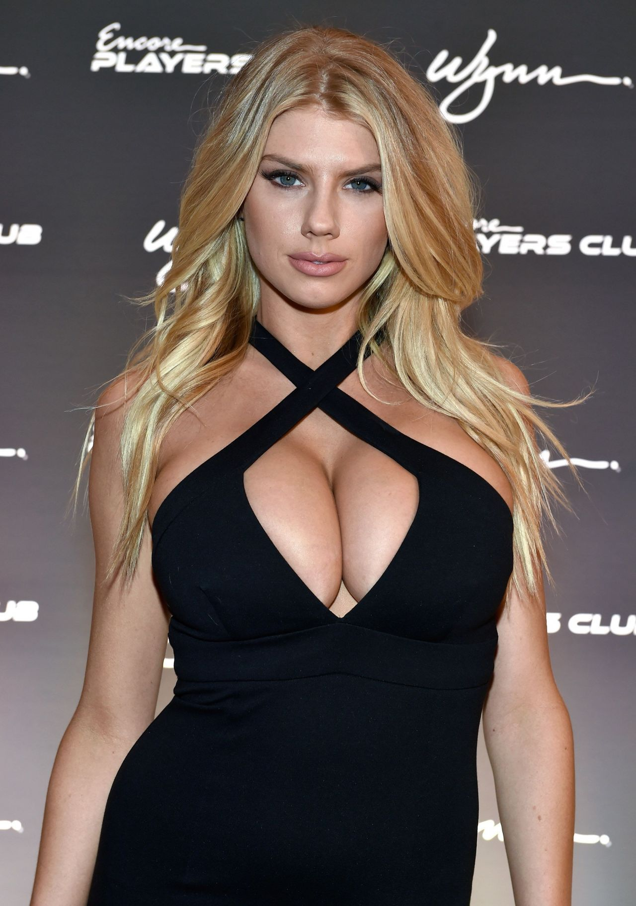Charlotte McKinney Android Wallpapers