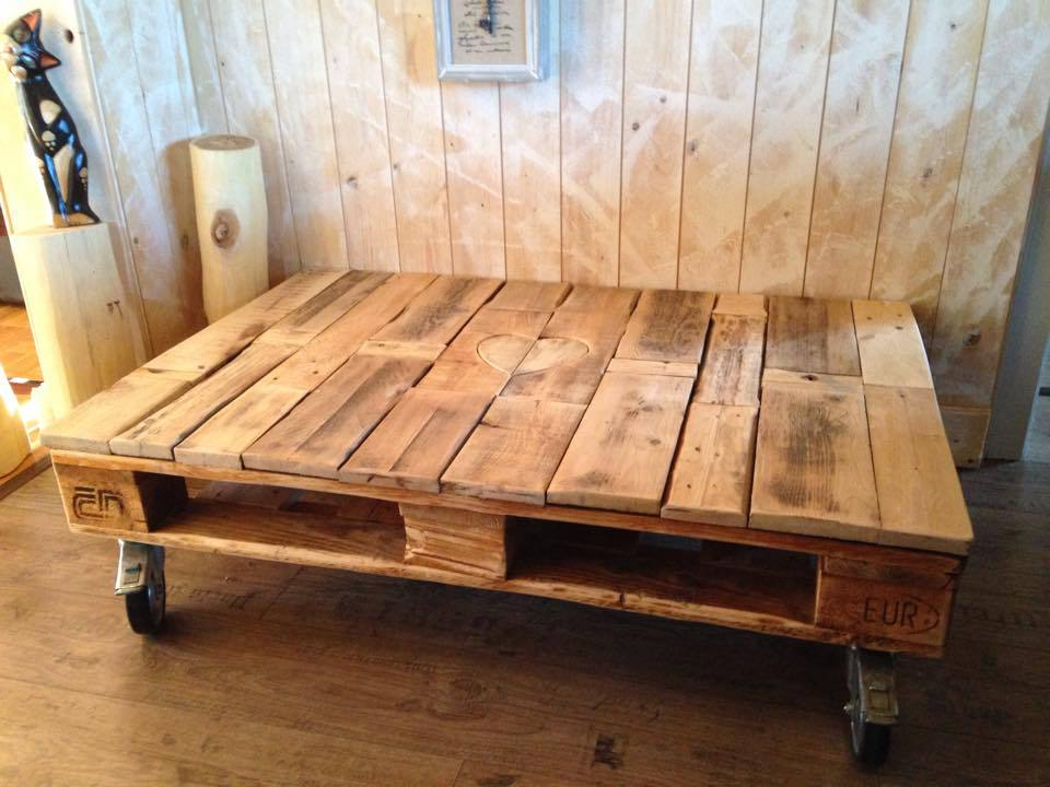 Coffee table on wheels design images photos pictures for Pallet wall on wheels
