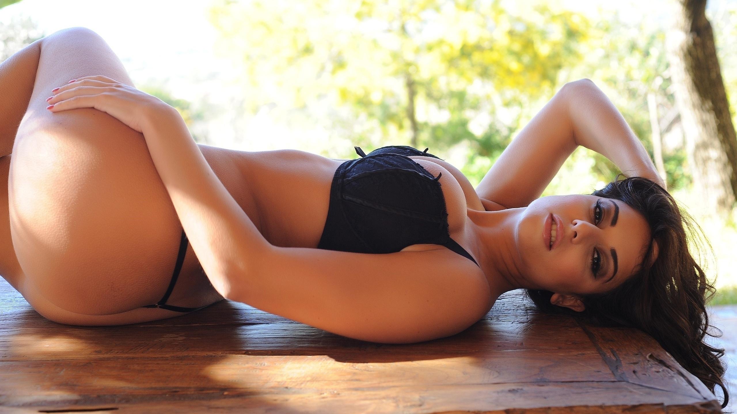 фото красоток девушки с формами в позе раком фото ней