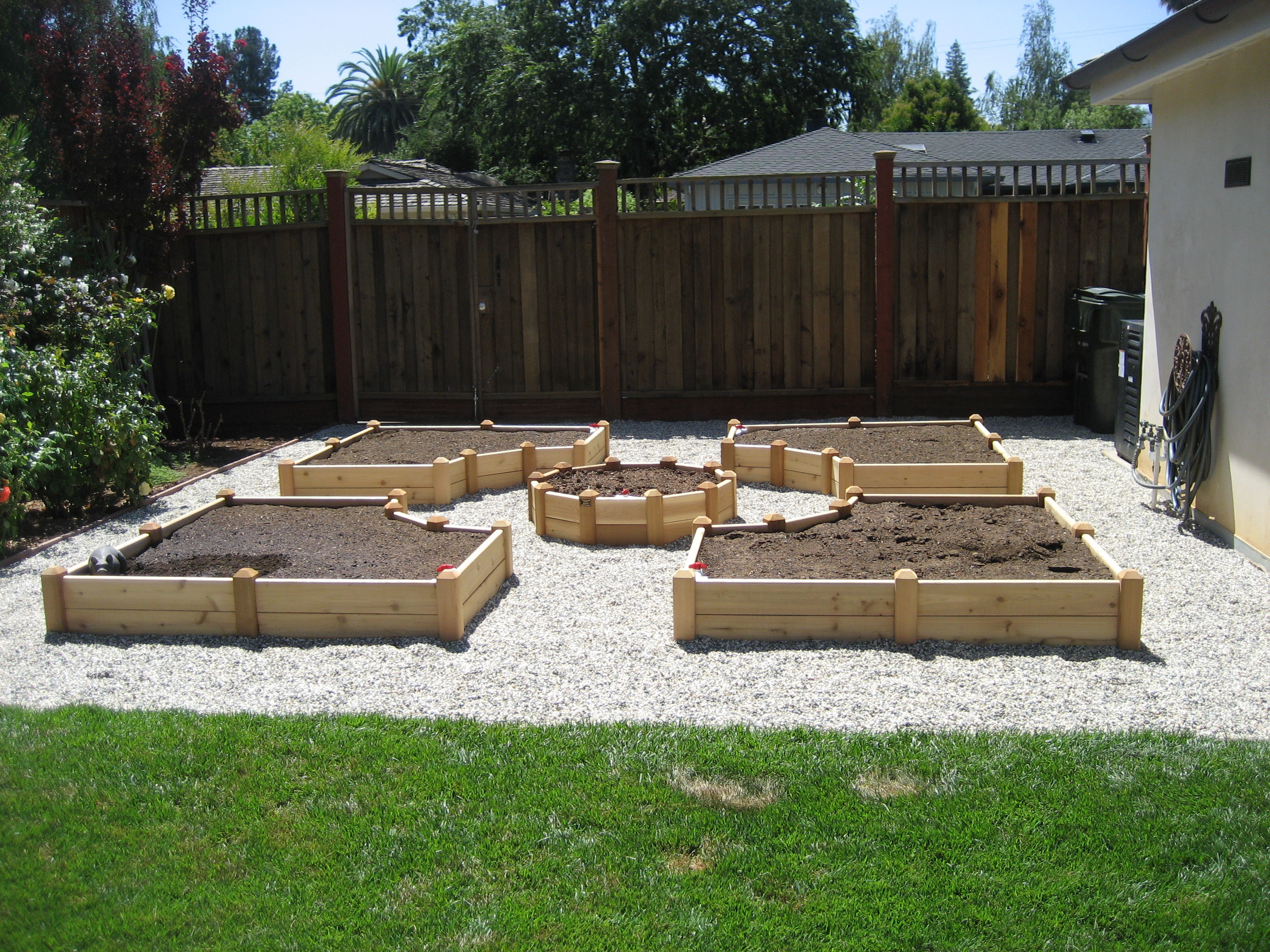 Raised garden beds ideas for growing images for Vegetable garden bed design