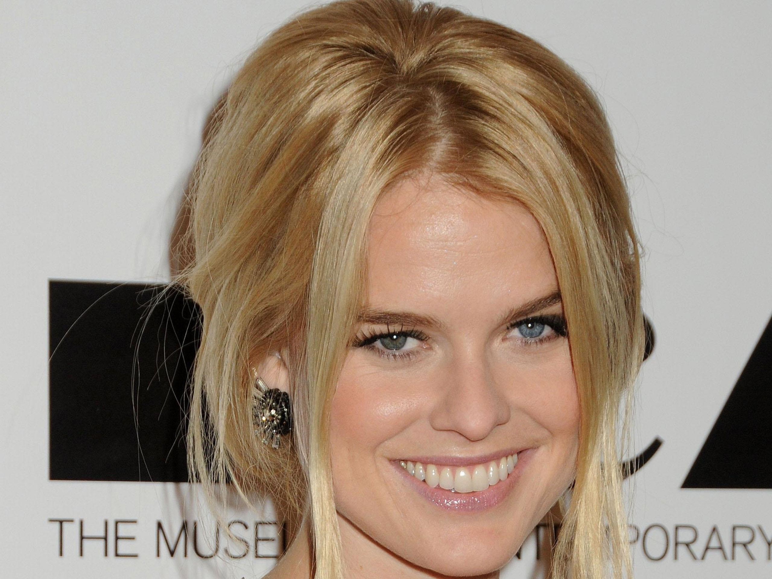Alice Eve Wallpapers Images Photos Pictures Backgrounds