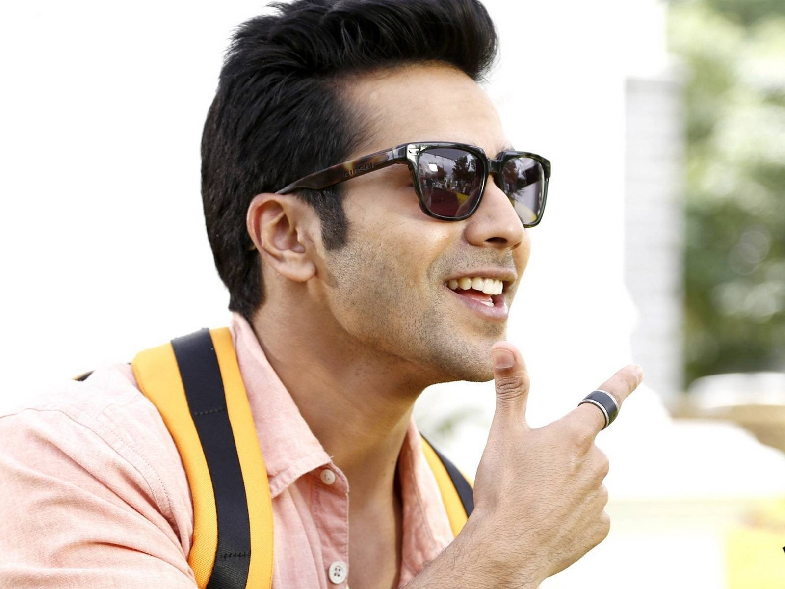 Varun Dhawan Wallpapers Images Photos Pictures Backgrounds