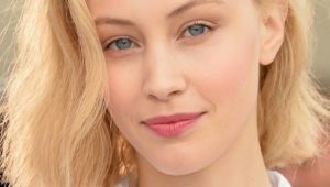 Sarah Gadon Iphone Sexy Wallpapers
