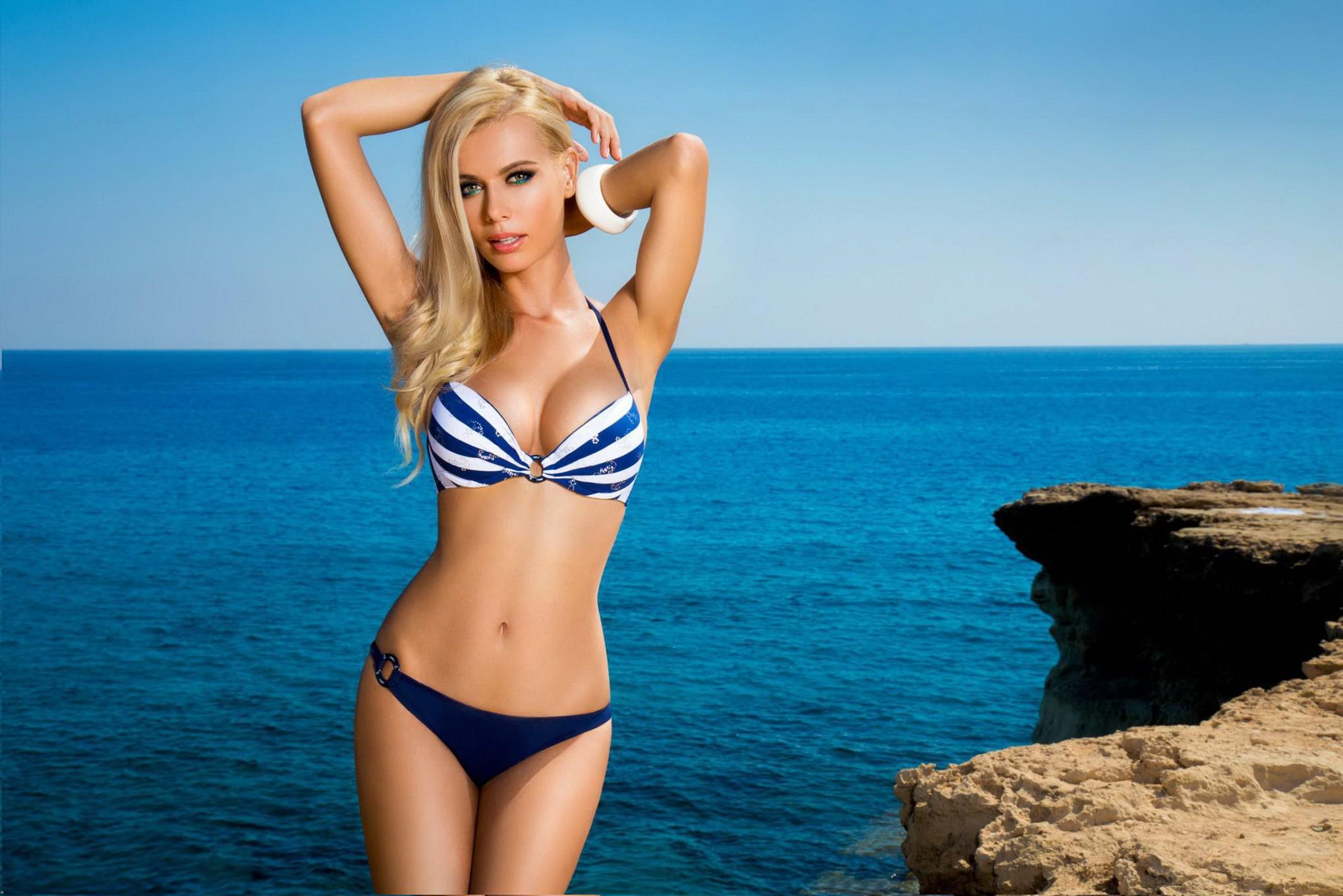 blondinka-foto-s-kupalnikom