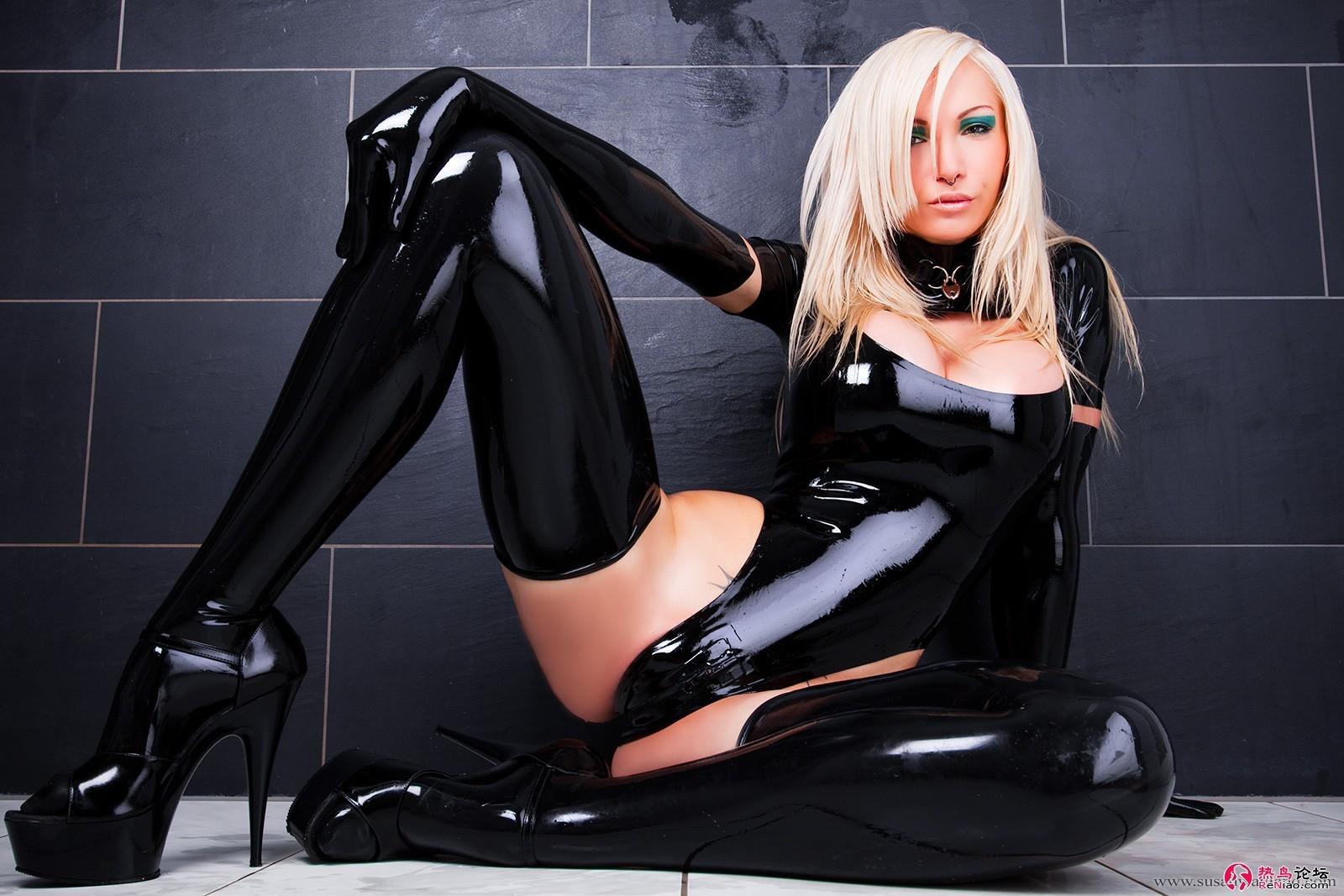 Blonde pulpeuse en bottes de cuir se fait prendre sur le lit - 1 part 2