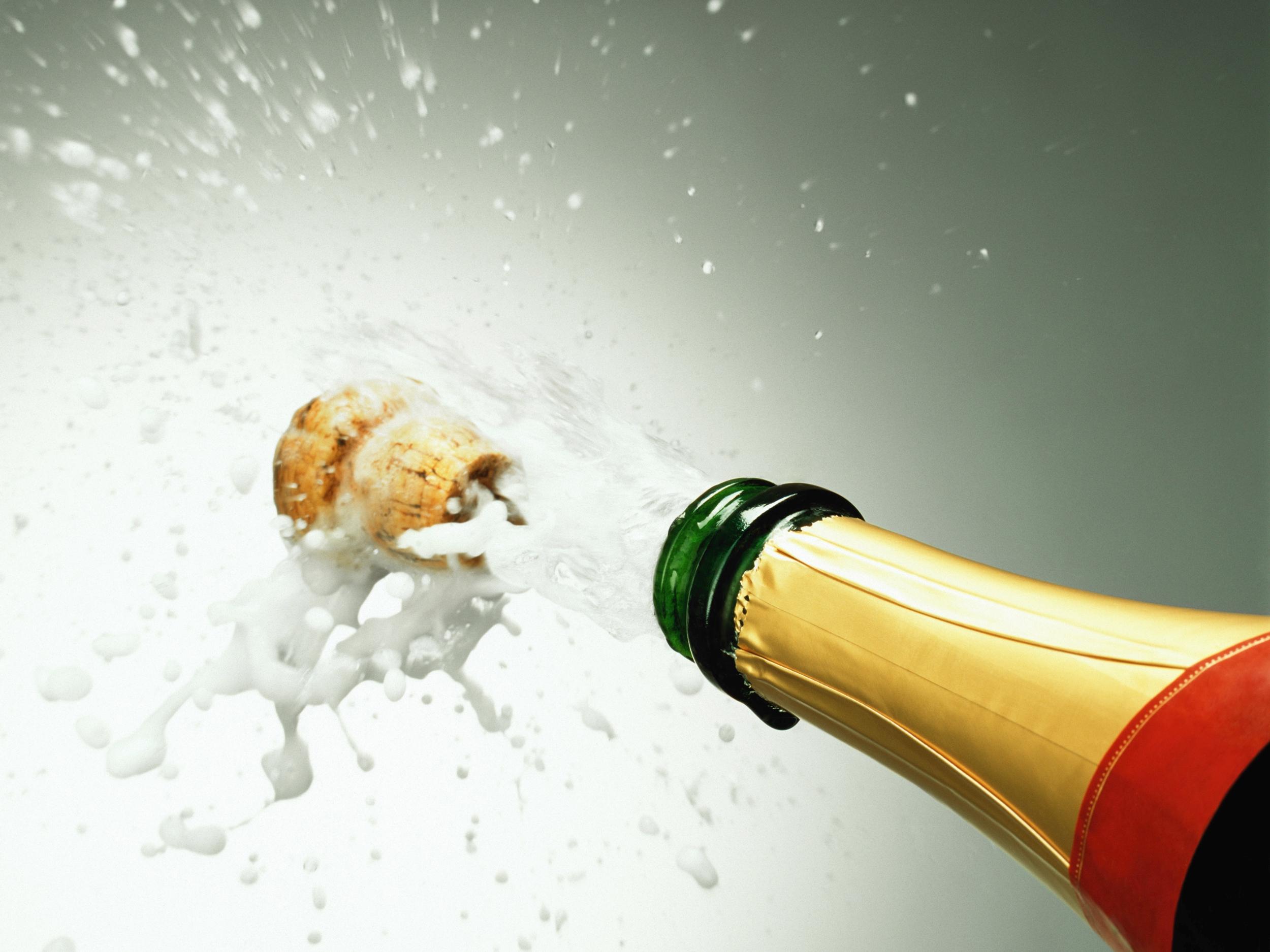 Суёт бутылку от шампанского, Села на бутылку -видео. Смотреть Села на бутылку 8 фотография